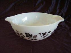 Vintage Pyrex Cinderella Style Black Gooseberry Mixing Bowl 443 2 1/2 quarts