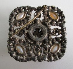 '.Antiqued design brooch.'