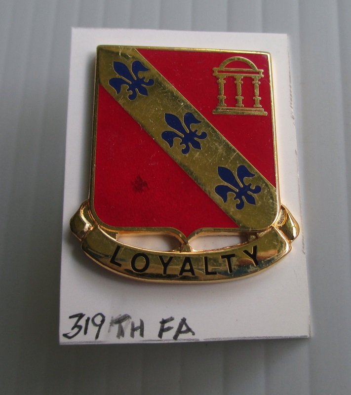 U.S. Army 319th Field Artillery insignia metal pin. Has the motto Loyalty. D22. Worn on Army Uniforms and caps. Excellent condition. Estate find.