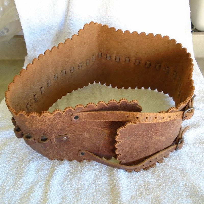 Antique 30-30 rifle cartridge leather ammunition belt. 1900s to 1930s. Fits sizes 32.5 to 34.5 and possibly larger. Holds 27 rounds.
