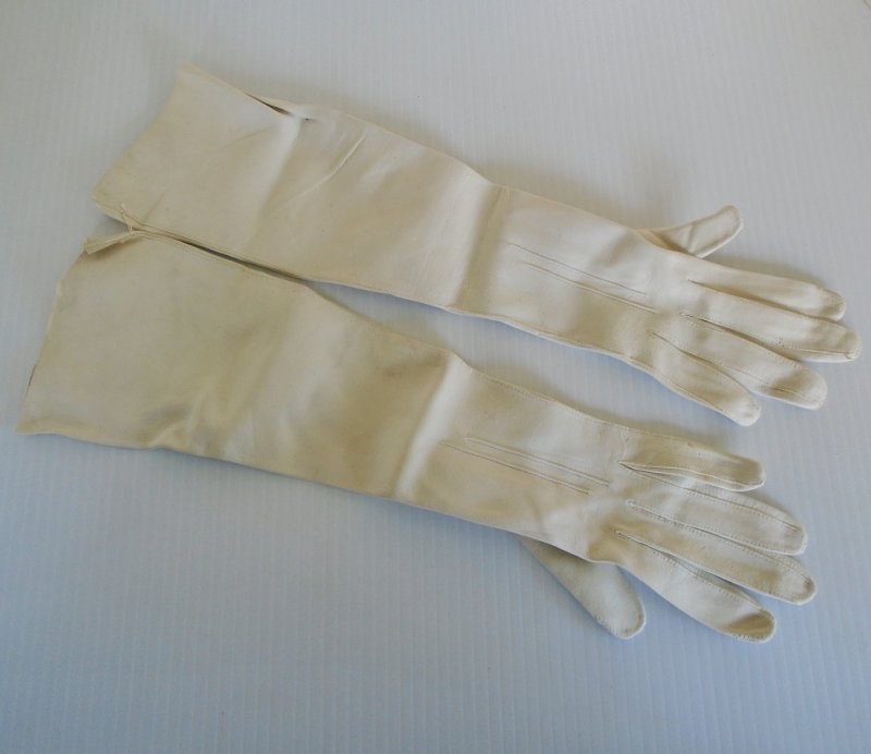 Unused and estimated to be from the 1930s, Garnati Chevreau kid leather evening opera gloves. Size 7. Made in France for I. Magnin upscale stores.