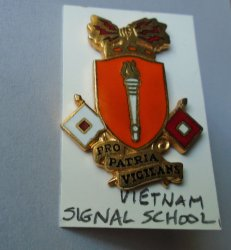 1 Signal Corp School US Army Vietnam DUI Insignia Pin 2 Flag