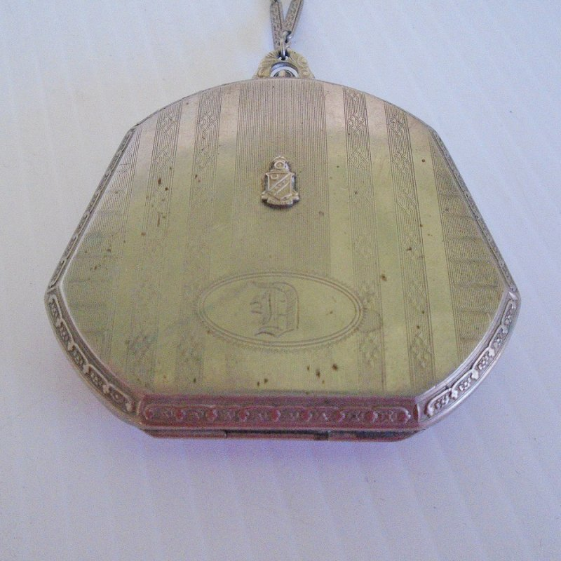 Antique Marathon compact dance purse. Marathon Company produced these between 1909 and early 1930s. Wonderful condition and still has powder.