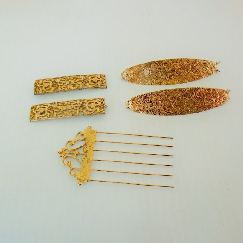 Estate sale collection of 4 goldtone hair clips and one comb / pick. Excellent condition. Stated to be 1950s to 1960s.
