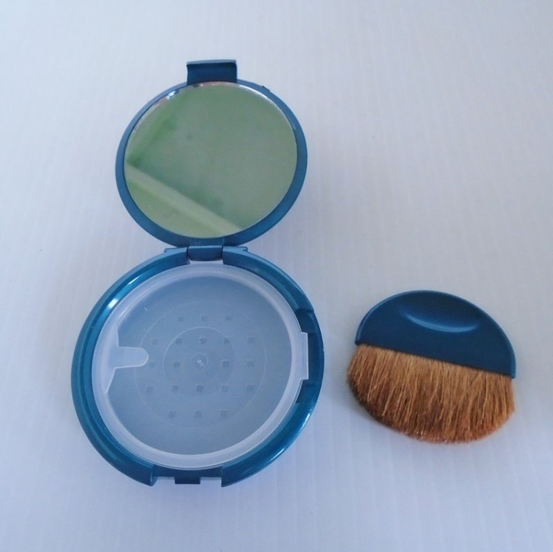 i.d. Bare Escentuals Compact. Teal in color. Refillable, mirrored. Never used and never had powder added. Estate purchase.
