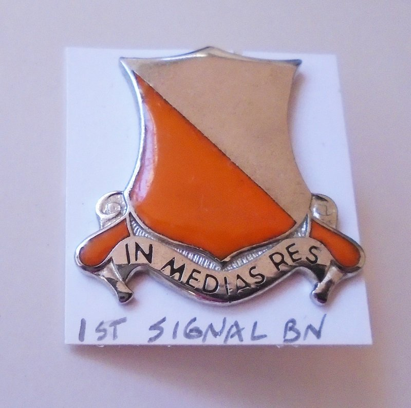 U.S. Army 1st Signal Battalion insignia pin, In Medias Res motto which translates to Into The Midst of Things. Made in U.S.A. Estate find.