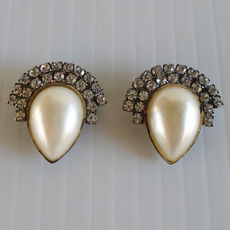 Bluette shoe clips, clear rhinestones and faux pearl center. Marked