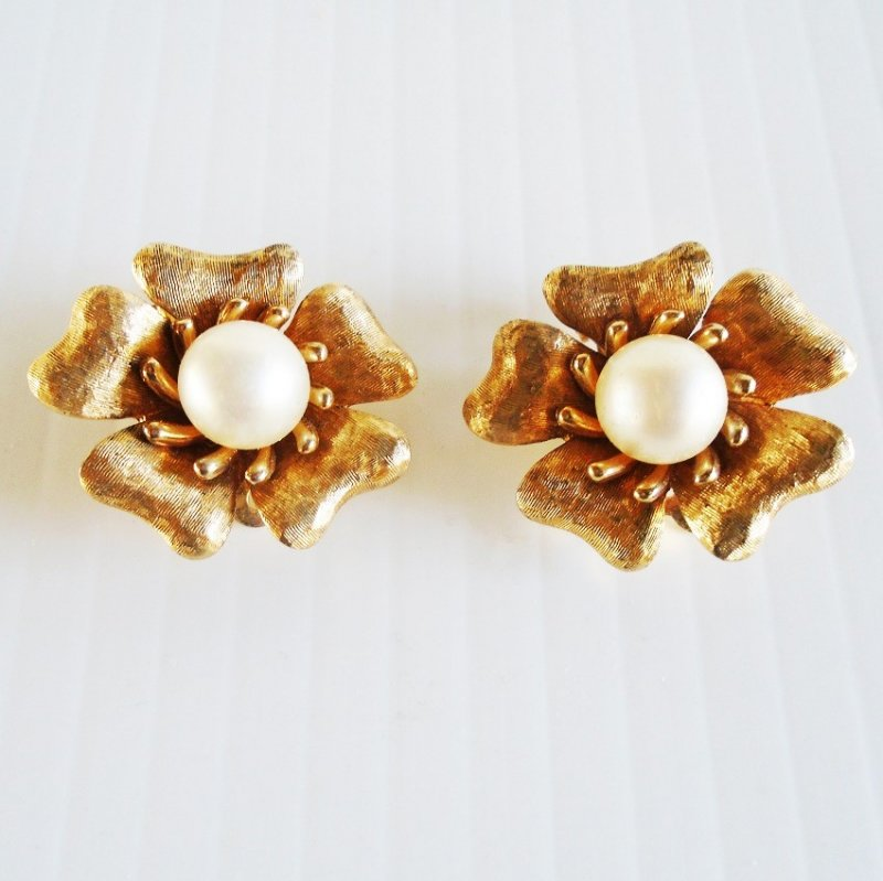 Jomaz clip-on earrings. Vintage 1940s to 1950s. One inch with faux pearl centerpiece. Estate item.