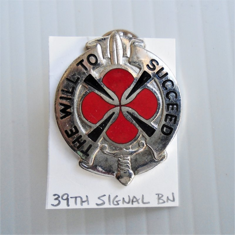 """39th U.S. Army Signal BN DUI Insignia Pin. Has motto of """"The Will To Succeed"""""""