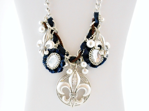 '.Fleur de Lis Necklace Set.'
