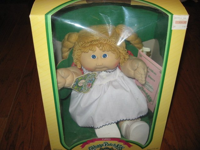 Cabbage Patch Doll 1985 Lottie Frieda Never removed from the original box /
