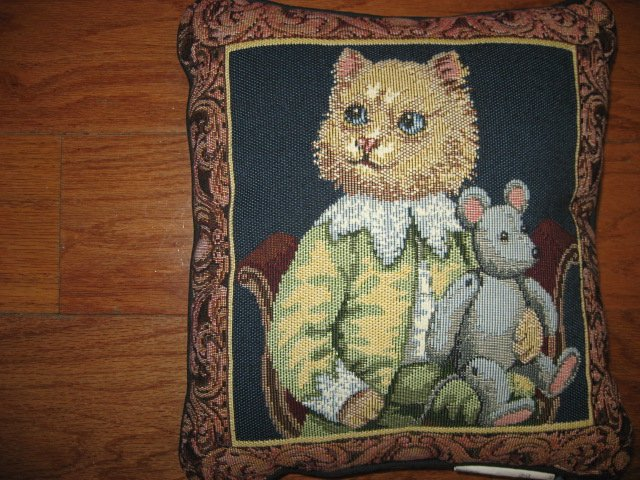 Image 0 of Cat and mouse tapestry pillow Font Leroy 10