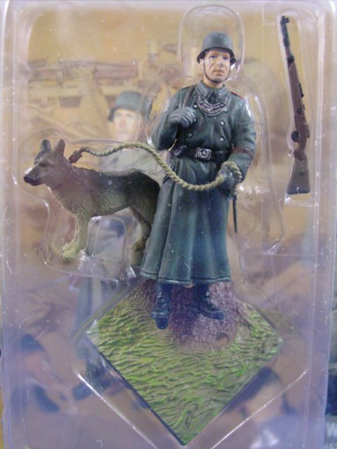 Toy Soldier Dragon Painted WWII German Guard with Dog CanDo 1/35 Scale Figure A