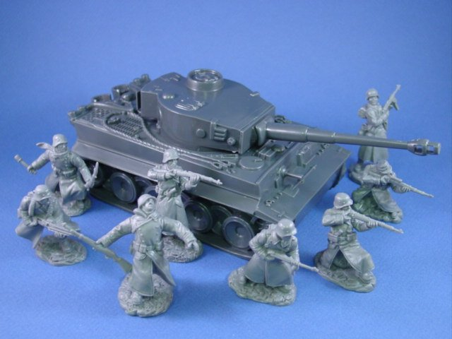 Western Bedroom Tank Toy Box Or: WWII German Tiger I Tank 54mm With Infantry In Long Coats
