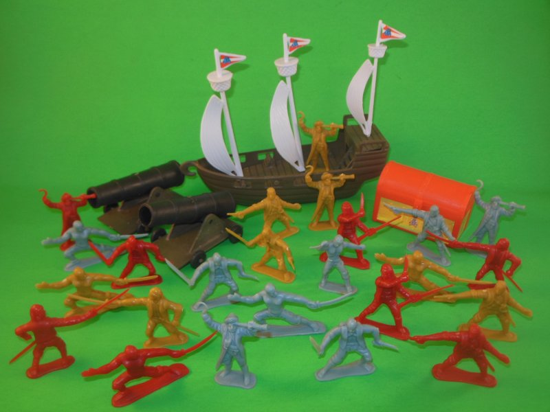 Image 2 of Hing Fat Deluxe Pirates And Accessories Plastic Figures Set